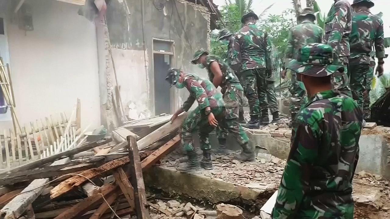 В Индонезии оценивают ущерб после сильного землетрясения