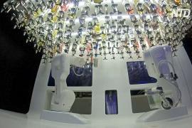 Робот-бармен работает в одном из пражских ночных клубов