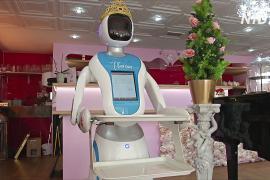Робот в британском кафе пародирует Терезу Мэй