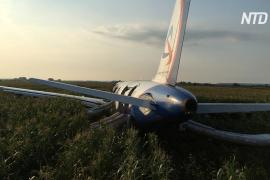 Власти наградят пилотов, посадивших авиалайнер в поле под Москвой