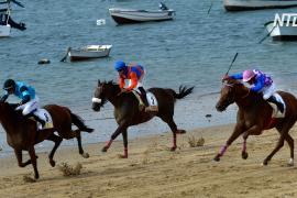 Старинные лошадиные скачки провели на испанском пляже