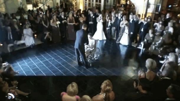 Жених целует другую женщину перед невестой, она плачет