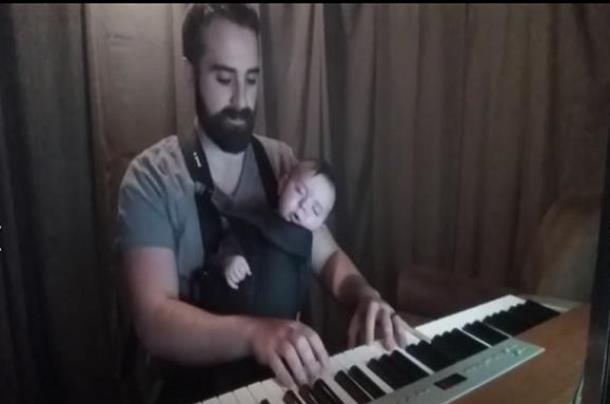 Отец нашёл способ уложить грудного ребёнка спать