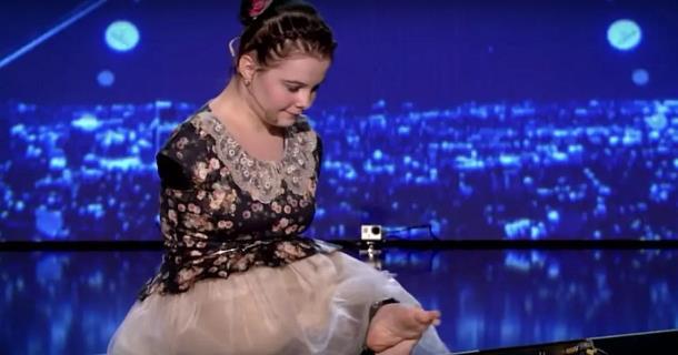Девушка без рук аккомпанирует себе пальцами ног