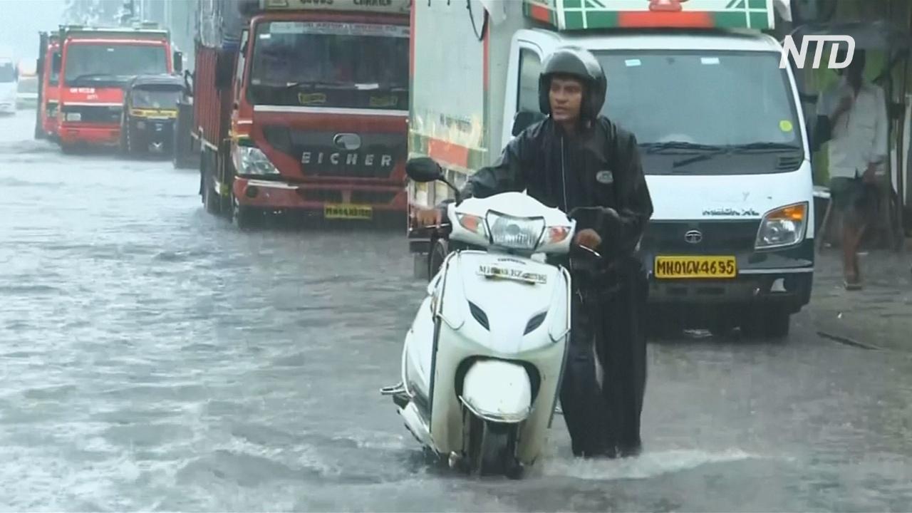Наводнения на севере Индии пошли на спад, но жителям не легче