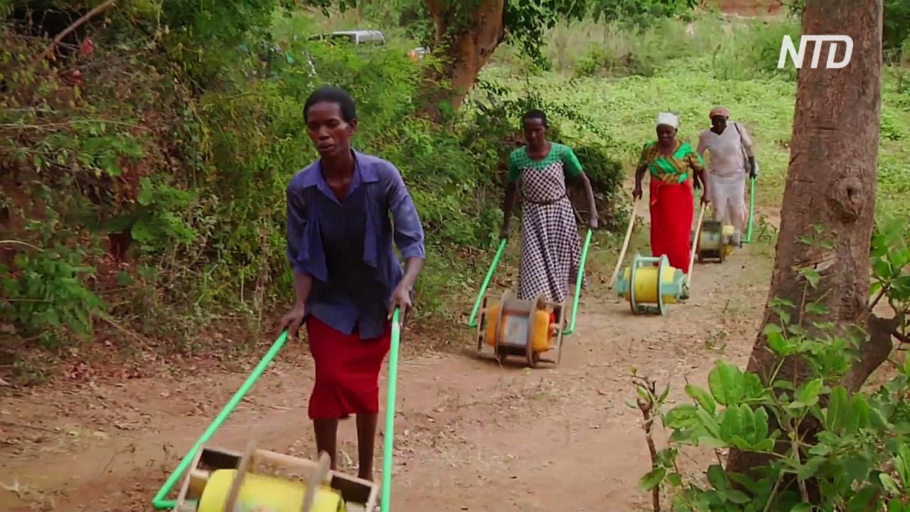 Чудо-колесо помогает кенийкам носить домой бутыли с водой