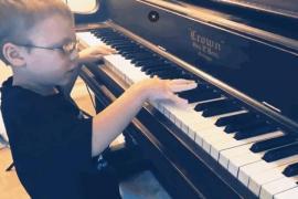 Слепой ребёнок стал интернет-сенсацией, играя на пианино и гитаре