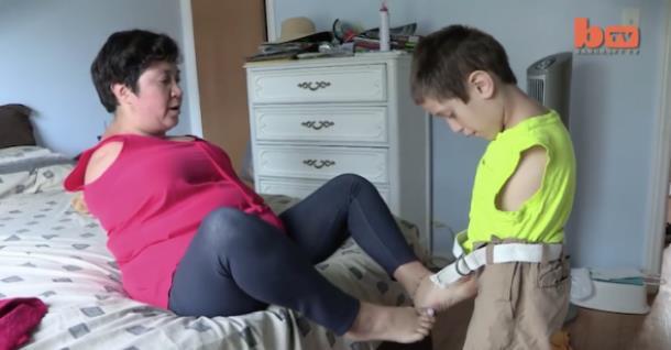 Как мать и сын, у которых нет рук, адаптировались к жизни