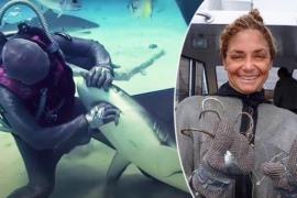 Женщина-дайвер достала из пасти живых акул около 250 крючков