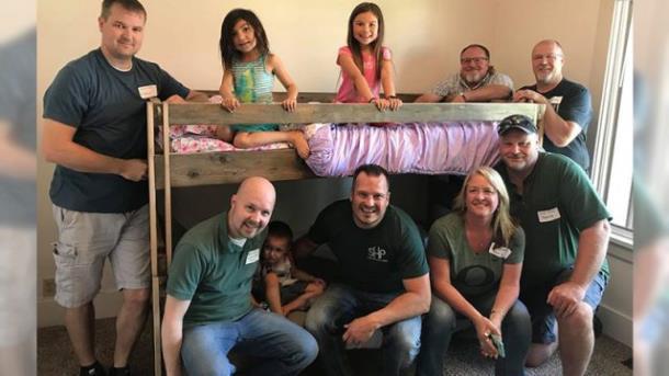 Более 1500 кроватей доставили детям, которые спали на полу