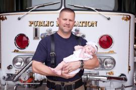 Пожарный принял роды и удочерил девочку