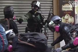 Студенты Гонконга протестуют после того, как полицейский выстрелил в демонстранта
