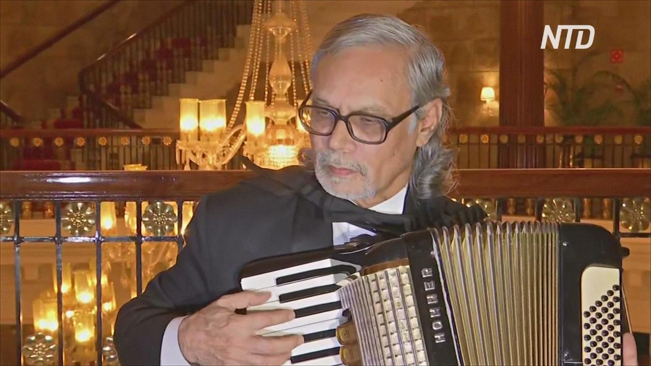 Единственный композитор-аккордеонист Индии встречает гостей в отеле