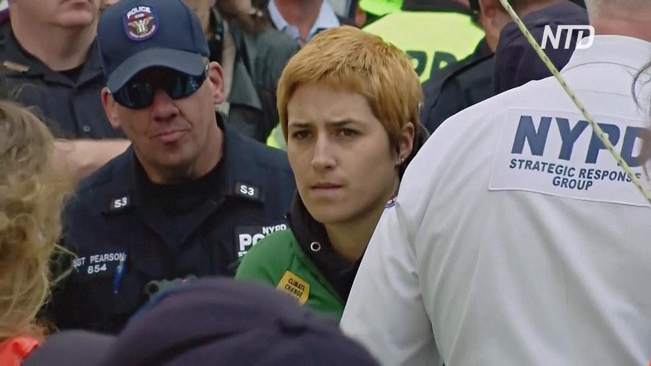 На Таймс-сквер полиция арестовала десятки климатических активистов