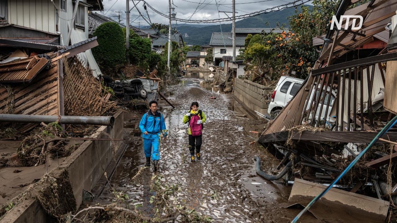 Японские школьники помогают пожилым убраться в домах после наводнения