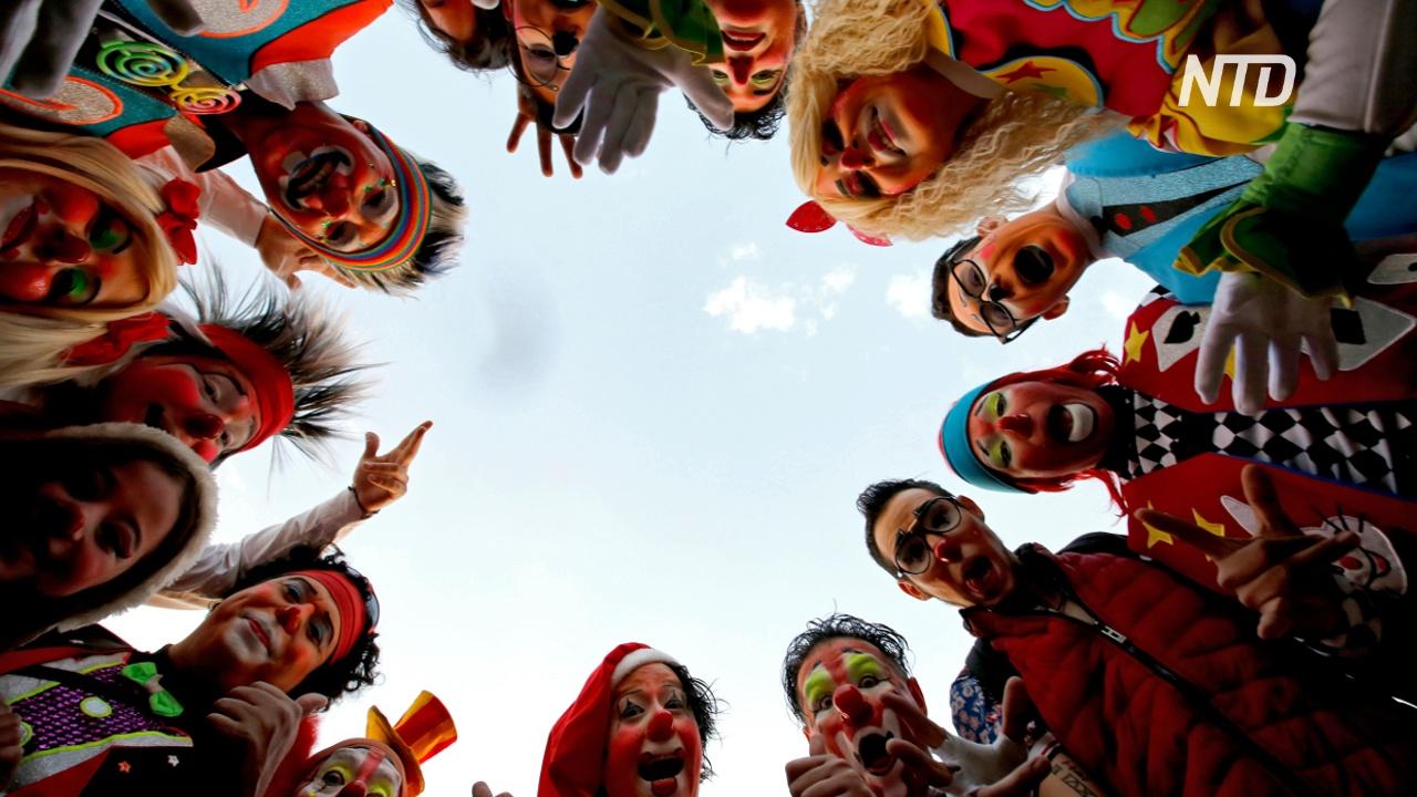 Сотни клоунов наполнили Мехико смехом и весельем