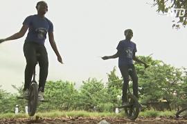 Моноциклы меняют жизнь детей и подростков Нигерии