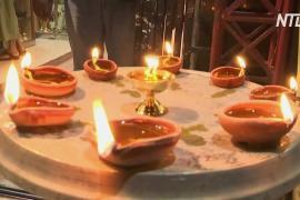 Праздник Дивали: индийцы жгут свечи и бенгальские огни