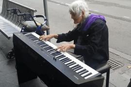 Видео пожилой пианистки на улице набрало 9 млн просмотров