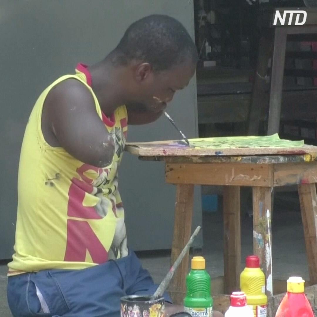 Африканец без рук и ног рисует жизнерадостные пейзажи
