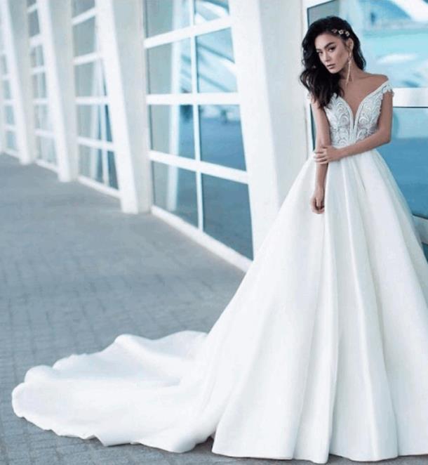 Свадебное платье с глубоким декольте и длинным шлейфом