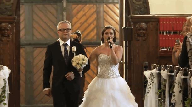 Смелый шаг невесты тронул жениха до слёз