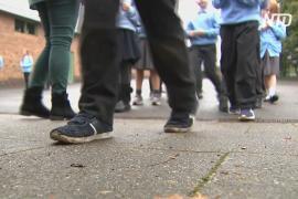 Нуждающимся британским школьникам дарят поношенную обувь