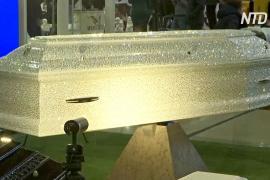 Гроб со стразами стал украшением выставки похоронных услуг в Москве