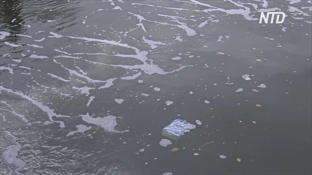 Большой пузырчатый барьер блокирует пластик на канале Амстердама
