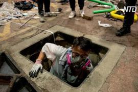 Протестующие бегут из университета Гонконга, осаждённого полицией
