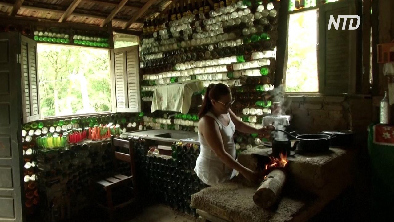 «Сделай сам»: бразильянка построила дом из 10 тысяч стеклянных бутылок