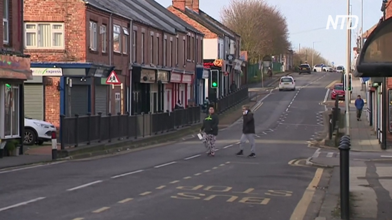 В британском городке кто-то подбрасывает пачки денег, а люди несут их в полицию