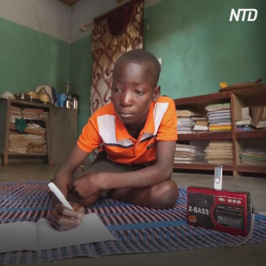 Не могут ходить в школу: дети в Буркина-Фасо слушают уроки по радио
