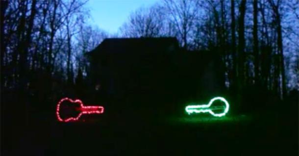 «Домашнее» рождественское световое шоу в сопровождении двух банджо. Видео