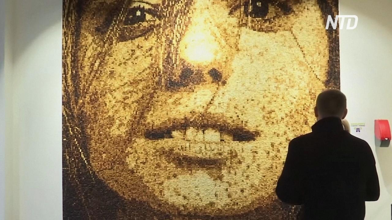 Портрет из 40 000 гренок: необычное украшение в московском кафе