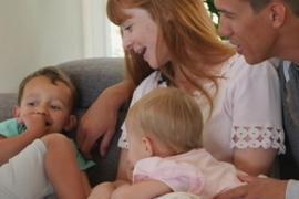 Австралийка учит родителей петь своим детям колыбельные