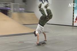 Слепой японский скейтбордист выполняет трюки с помощью одной палки
