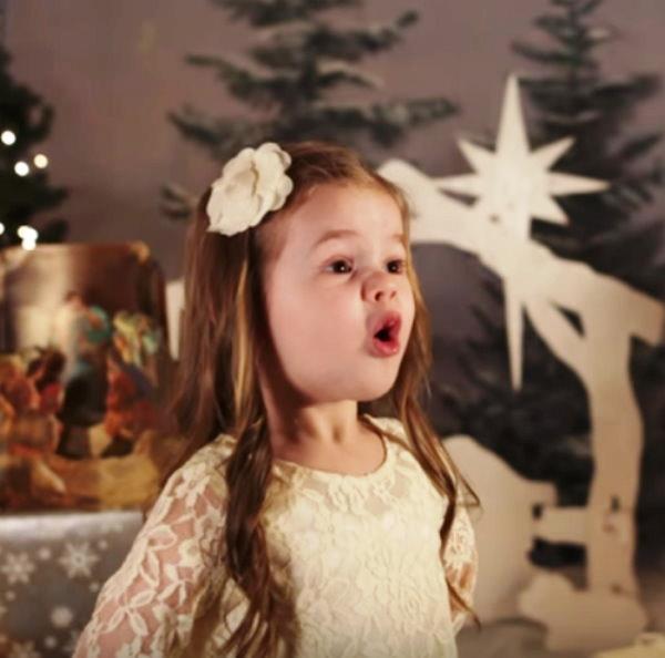 2 7 - Малышка поёт рождественскую песню. Трогательное видео