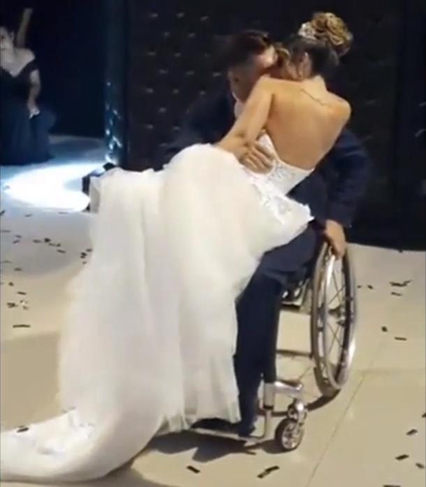 2019 12 07 083336 - Парализованному жениху помогли станцевать с невестой. Трогательное видео