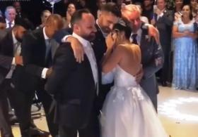 Парализованному жениху помогли станцевать с невестой. Трогательное видео