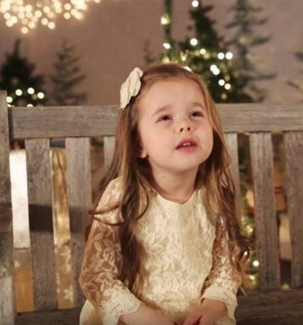 3 7 - Малышка поёт рождественскую песню. Трогательное видео