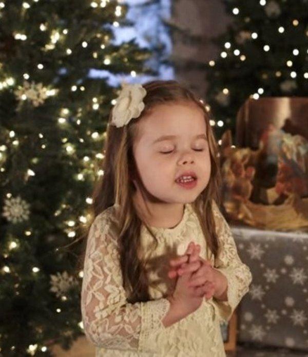 4 5 - Малышка поёт рождественскую песню. Трогательное видео