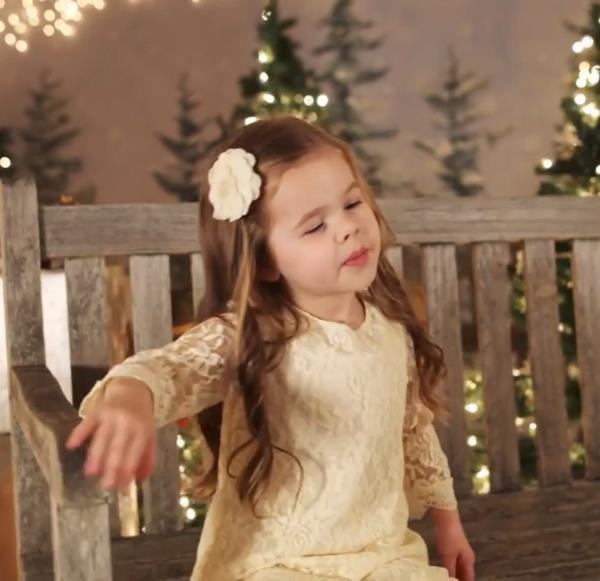 5.1 - Малышка поёт рождественскую песню. Трогательное видео