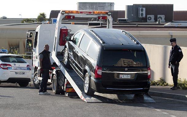 Автомобиль на эвакуаторе в Ницце | Джон Кристофер MAGNENET/AFP/Getty Images
