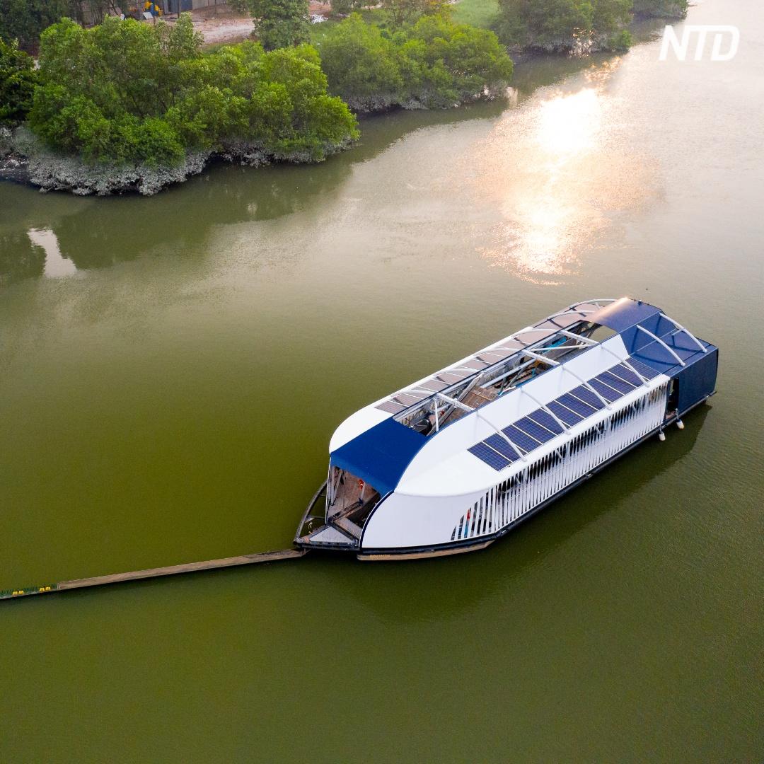 Лодка, которая перехватывает пластик и не даёт ему плыть в океан