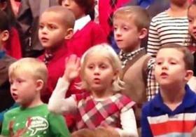 Девочка придумала, как спеть песню для глухих родителей