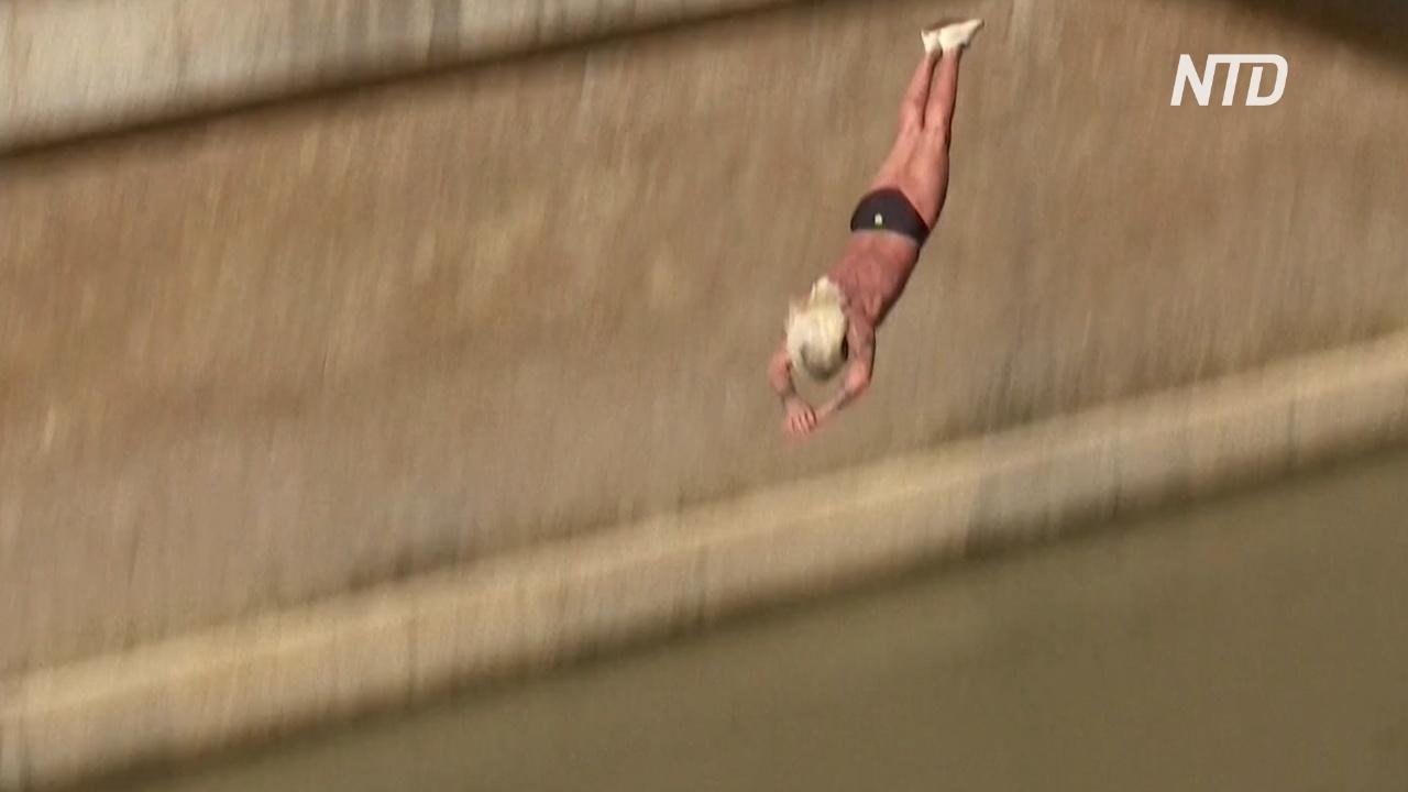 Римляне отмечают Новый год прыжками в Тибр с 30-метровой высоты