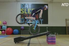 Впечатляющие трюки шотландского велотриалиста в спортзале