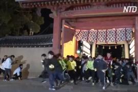5000 японцев бегали по храму за звание «счастливчик года»