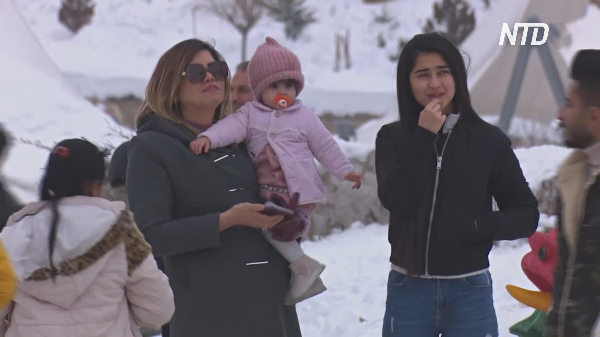 Иракцы отдыхают от протестов на снежных склонах горы Корек
